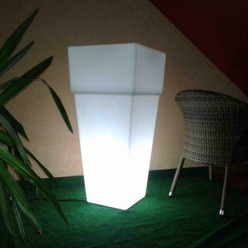 Macetero alto con luz blanca