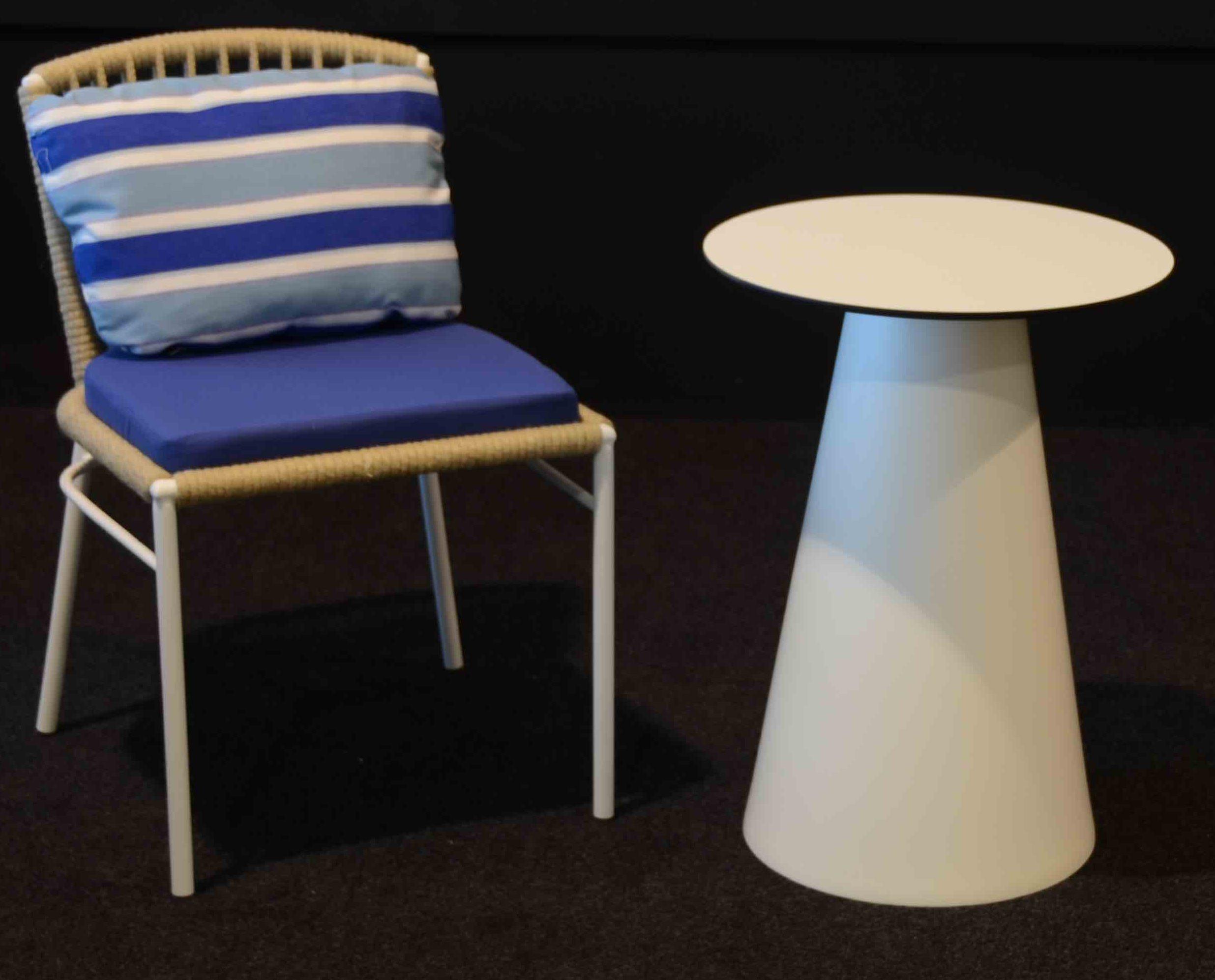 Mesita balconera con silla Habana yute tapizado azul