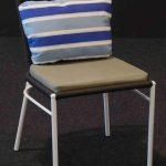Silla Habana pintada en blanco encordada con poliéster negro y asiento tapizado de color crema con cojín respaldo azul a rayas